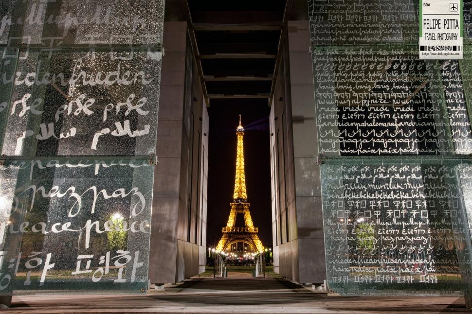 Eiffel Tower Mur pour la Paix Paris France Night